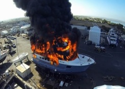 Superyate en llamas a vista de dron